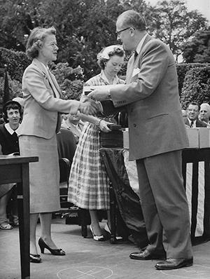 Isabelle Kelley receives award.